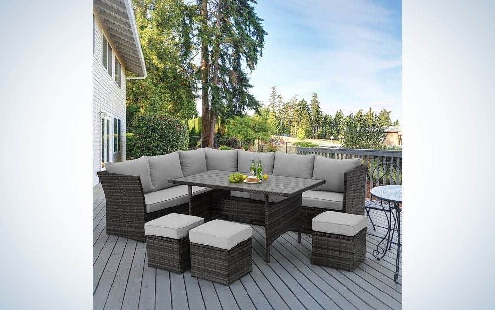 Some triple and double armchairs, as well as single armchairs in the middle of a table all beige and brown in an outdoor environment.