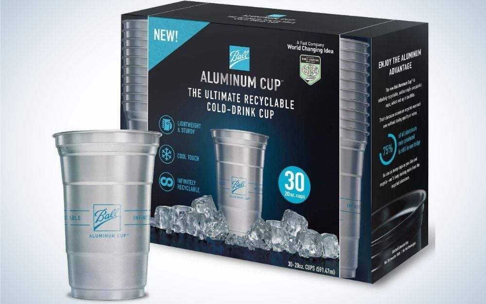 A gray aluminum cup as well as a black box on the back with blue inscriptions which shows the packaging of the aluminum cup.