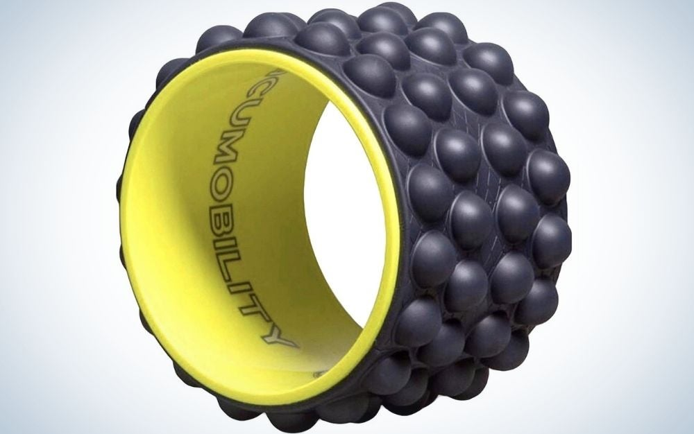 A thin wheel with a few bumps on the forehead of small black balls as well as yellow inside.